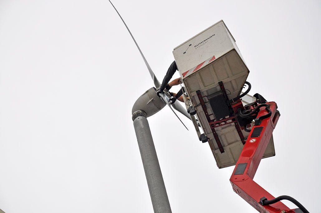 Rotorblatt der Windkraft-Anlage montieren