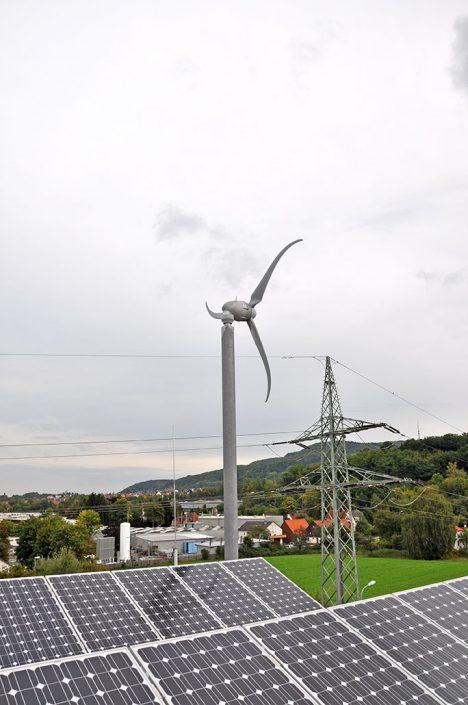Ansicht der Windkraft-Anlage vom Dach aus