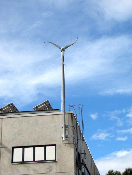 Ansicht der Windkraft-Anlage von der Straße aus